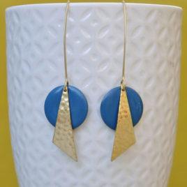presentation des boucles d'oreilles longues dorées or fin avec pastille bleues, modele ploom bijoux original