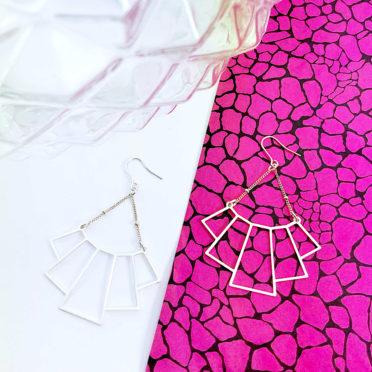 boucles aeriennes plaquees argent présentees sur fond rose stylr art deco ploom bijoux