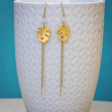 presentation des boucles Mini Monstera fines raffinees elegantes dorees or fin avec chaines longues