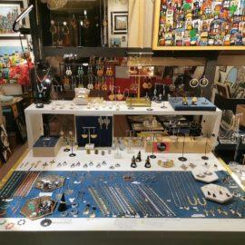 vitrine atelier kats ploom bijoux originaux boucles doreilles paris createur francais