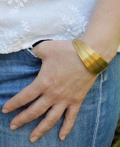 bracelet manchette élegant doré mat porté