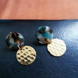 boucles d'oreilles Maya martelé résine bleue tortoise original ploom bijoux createur