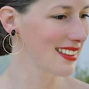 boucles d'oreilles épurées créoles grandes dorées et noires