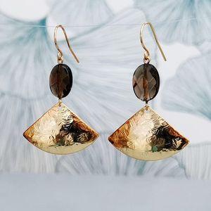 Boucles d'oreilles éventail martelé chic precieuses raffinées originale modernes créateur quartz fumé ploom bijoux paris