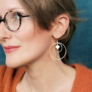 Boucles d'oreilles Dolce Vita créoles blanc dorées cercles grandes légères graphiques ploom bijoux créateur francais